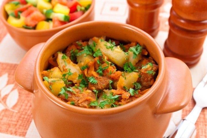 Мясо с овощами и картошкой в горшочках в духовке
